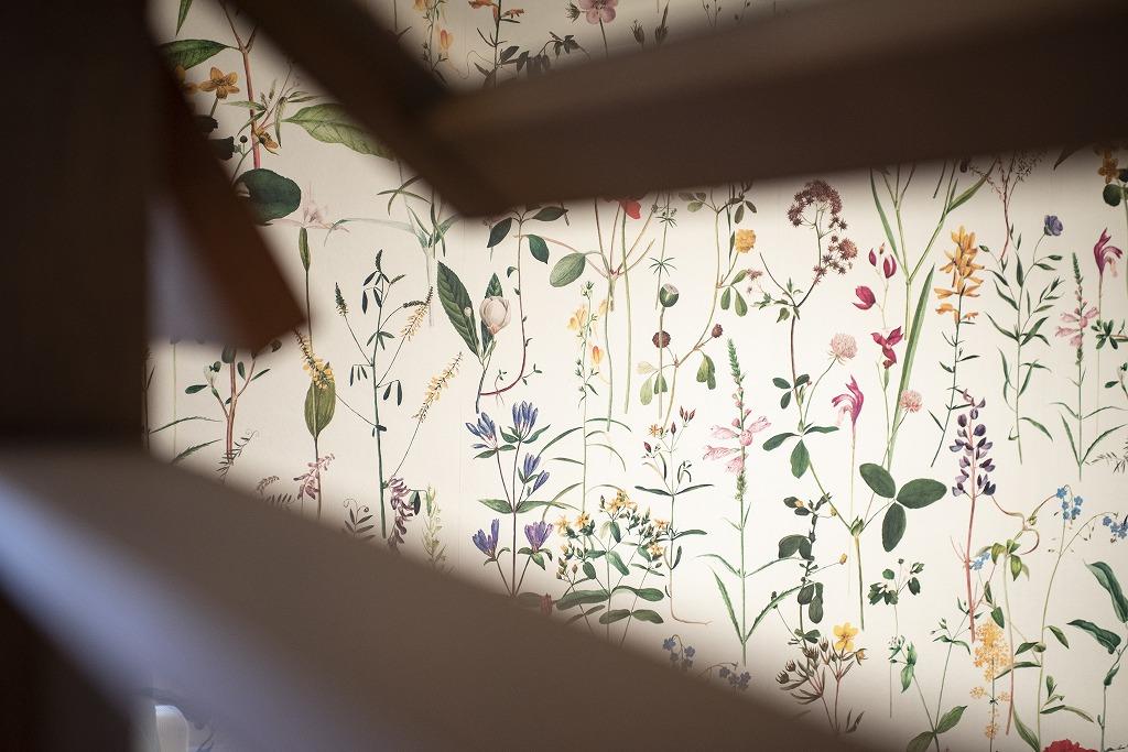 ボタニカル柄の壁紙